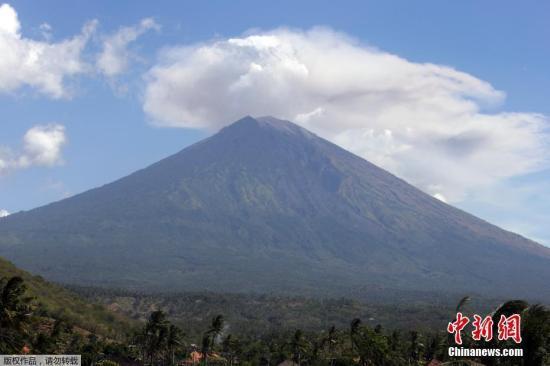 资料图:当地时间7月4日,印尼巴厘岛阿贡火山持续喷发,火山灰滚滚冲天。