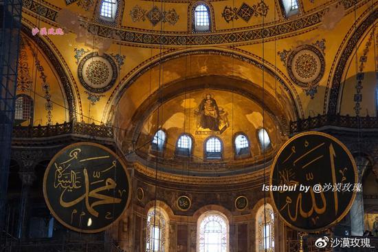 在穹顶的三角形帆拱结构里,还镶嵌有马赛克的画作