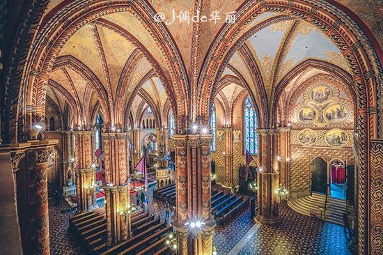 欧洲 匈牙利 布达佩斯 正文    从教堂的二楼看教堂的一楼,漂亮的拱形