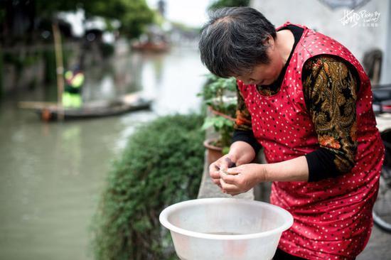 这座2000多年历史的江南古镇,小桥流水景色迷人,而且还免门票