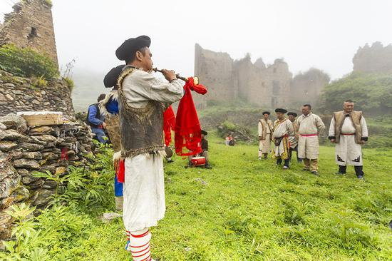 去阿坝寻找云朵上的民族,里面一位羌族大爷为我唱了一首难以听懂的歌