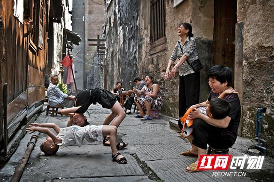 黔阳古城里闲适清净的市井生活。宋卫红 摄