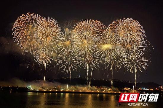国庆955万人打卡长沙 橘洲焰火、文和友、茶颜悦色刷屏了