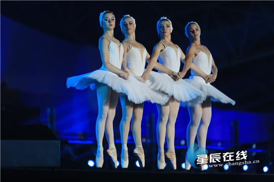 (<a href='http://travel.sina.com.cn/wukelan-lvyou/?from=b-keyword' target='_blank'>乌克兰</a>国家级芭蕾舞演员表演《天鹅湖》)