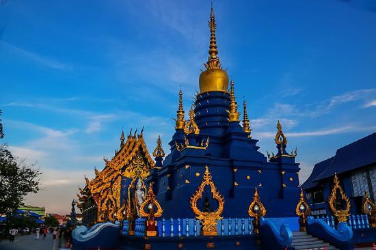 """到泰国清莱体验蓝庙的""""妖娆"""" 傍晚时分的蓝庙有着独特的魅力"""