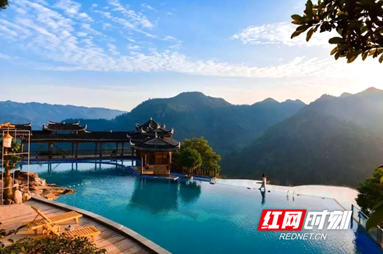 位于穿岩山旅游景区枫香瑶寨内的高山无边际泳池。