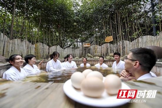 游客享受茶汤温泉。杨华峰/摄