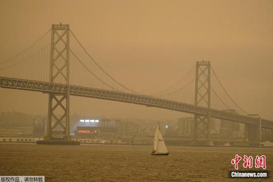 美国加州山火殃及旧金山 天空变橙色如外星球