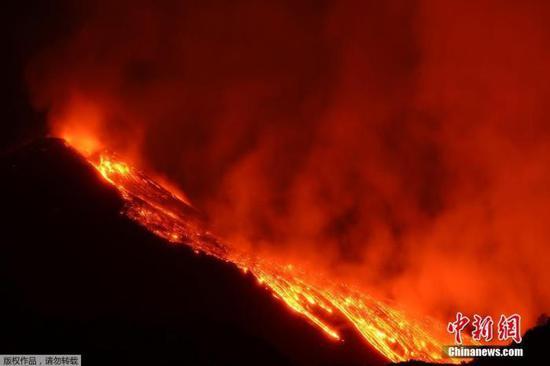 意大利埃特纳火山喷发 火山口发生约20次剧烈爆炸