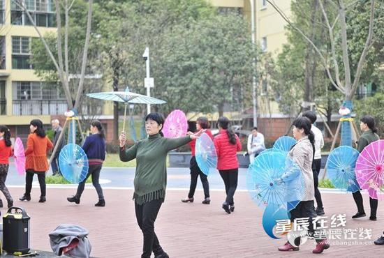新修的广场给社区居民们提供了舞蹈场所,让大家能尽情地展示美妙的身姿,以及对美好生活的满足感