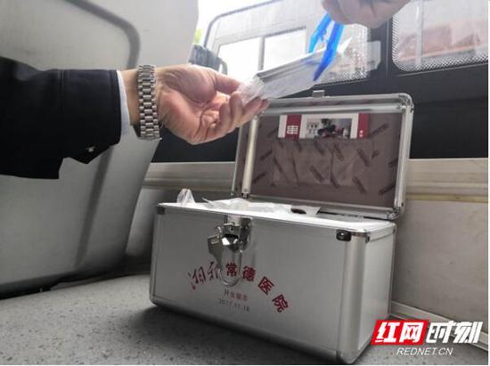 公交车厢内配置的便民药箱。