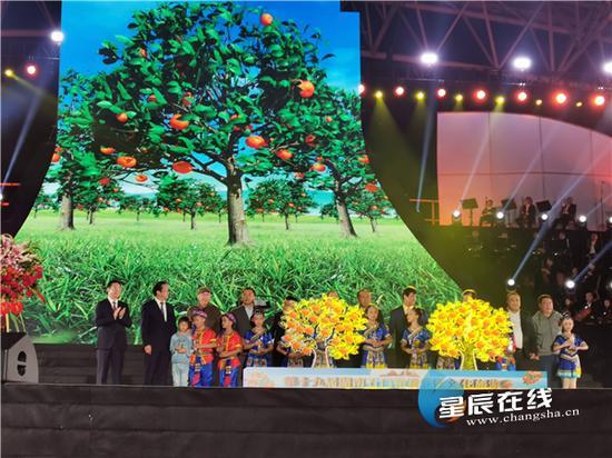"""(启幕嘉宾为橘树浇灌""""希望之水""""。以上图片均由 曾诗珈 摄)"""