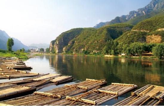 拒马河上的漂流竹筏。 图片来源于网络