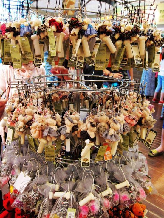 出口处有泰迪商店,各种琳琅满目的泰迪熊纪念品,除了玩偶以外,还有衣服、杂货、文具等,非常可爱。
