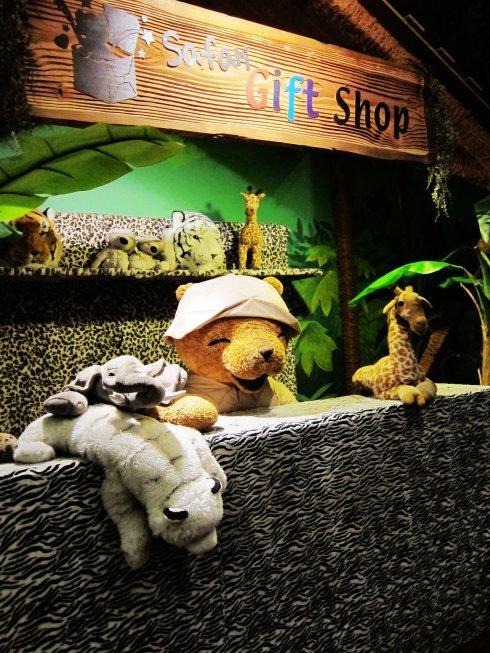 礼物店场景展示,萌态可掬的各类动物们。