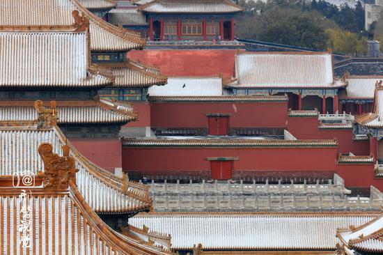 1、北京故宫,旧称紫禁城,位于北京中轴线的中心,是明清两个朝代的皇宫,是世界上现存规模最大、保存最为完整的木质结构的宫殿型建筑。故宫入选了世界文化遗产,是全国重点文物保护单位,国家AAAAA级旅游景区。   北京故宫于明成祖朱棣于西元1406年开始建设,明代永乐十八年(1420年)建成,曾有24位皇帝在此住过。故宫被誉为世界五大宫之首(北京故宫、法国凡尔赛宫、英国白金汉宫、美国白宫和俄罗斯克里姆林宫)。   近年来,众多摄影爱好者热衷于拍摄北京故宫,特别是在京城下雪的季节更是聚在紫禁城周围,留下这雪后故宫