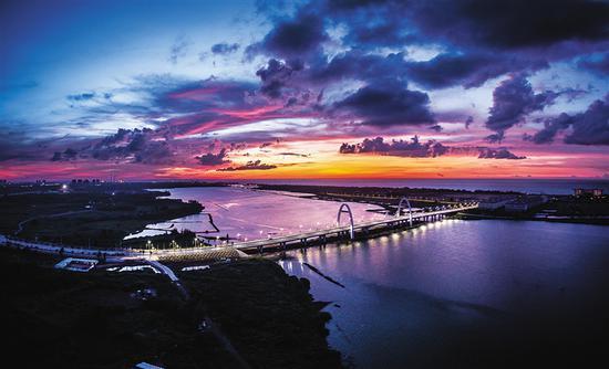 盈滨海湾大桥夜景。