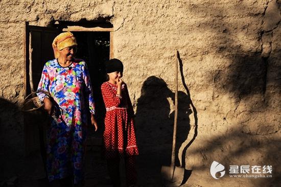 (吐鲁番的人民快乐地生活着。资料图。图片由星辰影像拍客 小黑 摄)