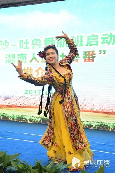 (吐鲁番人民能歌善舞,这是让人羡慕不来的民族天赋。以上图片均由星辰全媒体记者 胡伟男 摄)