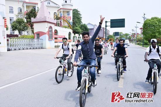 6日,长沙开慧镇最美乡村公路评选暨手机摄影大赛启动,200多位骑行爱好者们在开慧镇体验骑行乐趣。