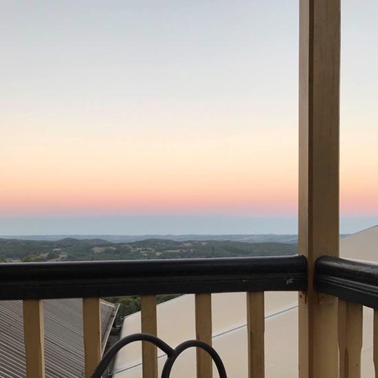 坐在房间外的阳台上,可以俯瞰阿德莱德山的前景,这里是午后最佳放空场合。