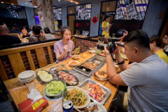 黑龙江电视台《潮尚生活》栏目在美食趴现场录制节目