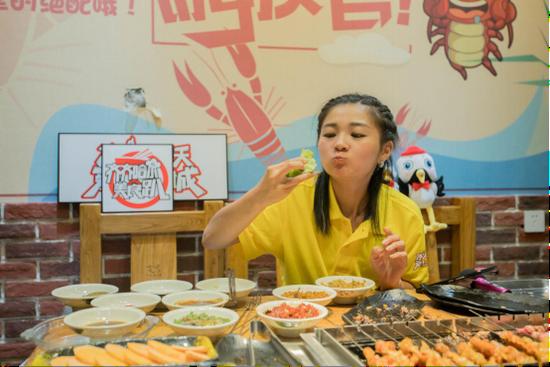 大胃王直播品尝齐市烤肉受到网民热烈欢迎