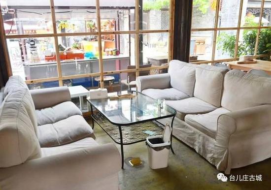 以白墙和浅色木头为主的咖啡厅,装修的非常温馨, 透着小清新、小文艺的感觉,让人瞬间放松下来