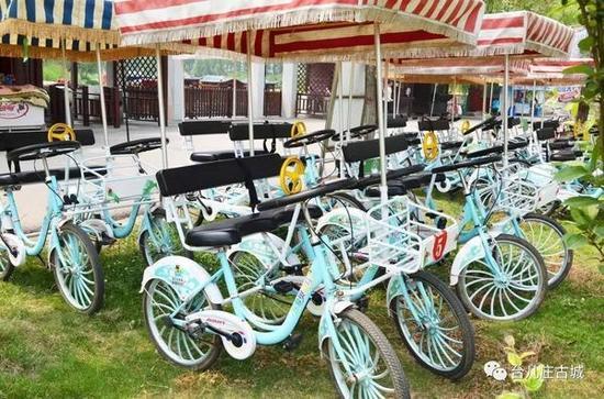 在景区门口可以选择坐观光游览车或者骑自行车。
