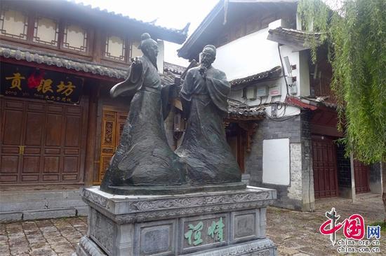 丽江古城里的徐霞客与木增雕像