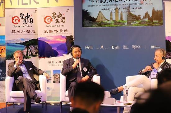 """2日,中国云南丽江市委常委、宣传部长江勇(左2)在第74届威尼斯电影节""""聚焦中国""""活动""""中国最美外景地""""推介活动上,向来宾介绍秀美风光和旅游文化资源。"""