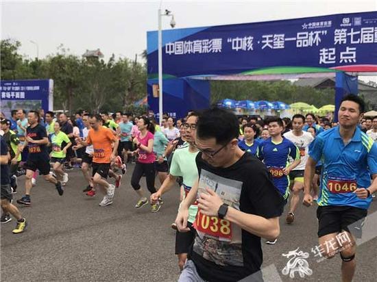上千名选手同场竞技。记者 姜力菘 摄