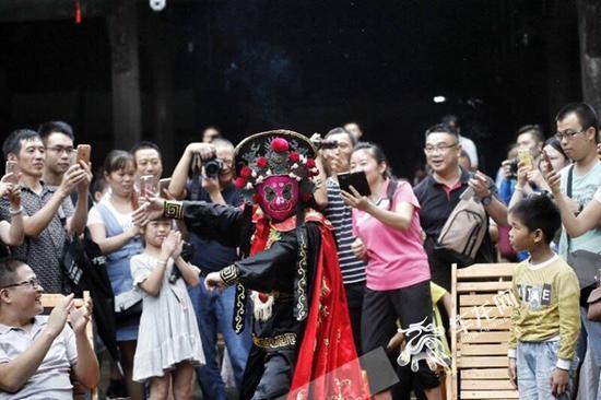 """演员在观众中间近距离表演""""变脸""""。 记者 罗嘉 摄"""