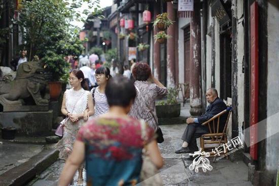 2017钓鱼城旅游文化节期间,涞滩古镇人流如织。 记者 罗嘉 摄