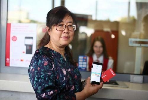 一名中国游客在莫斯科中央环线卢日尼基站用支付宝购票。