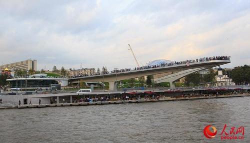 """长达70米、一次可容纳3000余人的""""浮桥""""成为莫斯科河上一道独有的风景线。(人民网记者 屈海齐 摄)"""