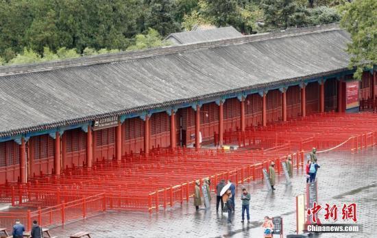10月10日,北京故宫博物院售票处的牌子被工作人员摘下。中新社记者 杜洋 摄