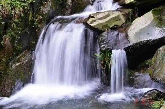 罗溪瀑布风景区自然景观密布,将军岩、一线天、仙人桥、独眼峰……无不令人心旷神怡,流连忘返。