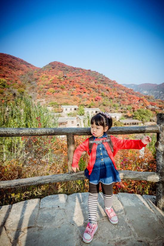 京郊赏枫就在坡峰岭,入住云上石屋享受亲子慢生活