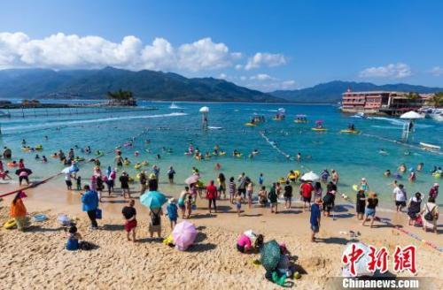 图为游客在陵水分界洲岛旅游区游玩。 童国强 摄