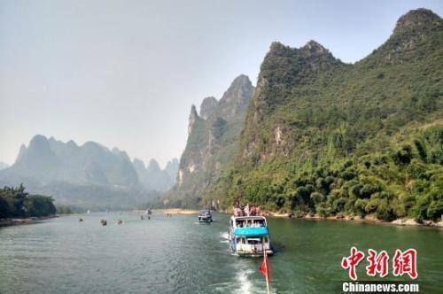 图为游客游览桂林漓江。赵琳露 摄