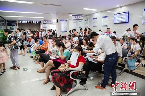 资料图:公安局出入境办证大厅业务火爆。中新社记者 刘梦璇 摄