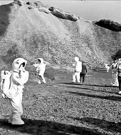 """游客扮""""宇航员""""拍大片 这个火山地质公园""""火了"""""""