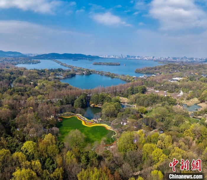 杭州西湖:周末放晴 游人踏春赏花