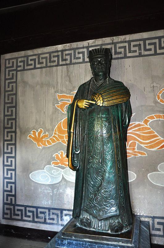 武侯祠殿内诸葛亮铜像,供人瞻仰祭拜。