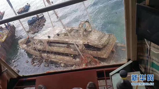 """这是11月17日在泰国普吉岛附近拍摄的""""凤凰""""号打捞现场。 新华社发"""