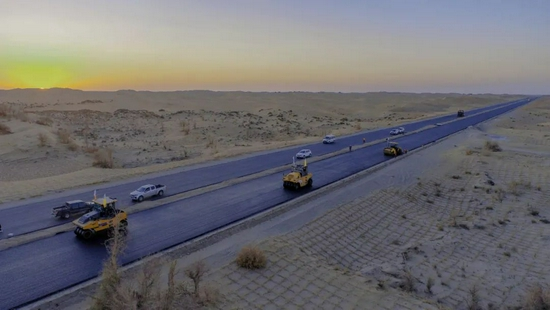挑战高难度!这公路穿越天山、横跨沙漠
