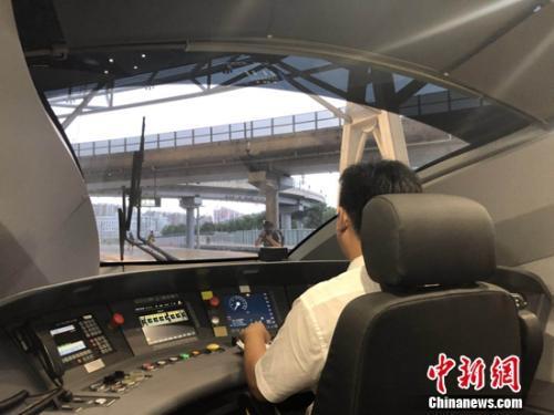 开车前,列车驾驶员在驾驶室进行设备调试。冷昊阳 摄