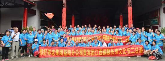 ▲来自湖南株洲、岳阳的500名游客,参加了这场盛大的民俗盛会。