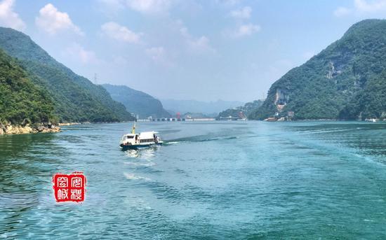 清江的水真的是碧绿碧绿的,连水花都是绿色的。